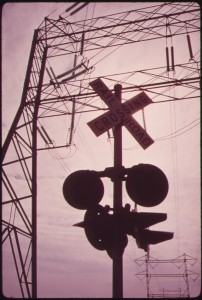 TRANSMISSION_LINES_AND_RAILROAD_CROSSING_AT_ELECTRICAL_POWER_STATION_ON_STATEN_ISLAND_-_NARA_-_547944